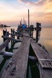 Puente de madera viejo para la pequeña pesca imagen de archivo libre de regalías