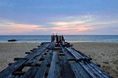 Puente de madera viejo quebrado del embarcadero en el mar Fotografía de archivo libre de regalías