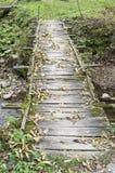 Puente de madera viejo sin las verjas Fotos de archivo libres de regalías