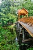 Puente de madera viejo sobre el río con el cenador Forest River fotos de archivo
