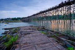 Puente de madera viejo sobre el río y el x28; Lunes Bridge& x29; en el distrito de Sangkhlaburi, Kanchanaburi, Tailandia fotos de archivo