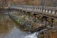 Puente de madera y color del otoño en el pueblo popular tradicional de Namsangol, Seul, el Sur Corea noviembre de 2013 Imagen de archivo