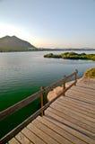 Puente de madera y el lago Fotos de archivo libres de regalías