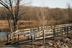 Puente de madera y río Imagenes de archivo