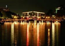 Puente de Magere en Amsterdam en la noche Imagen de archivo libre de regalías