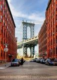 Puente de Manhattan de un callejón en Brooklyn, Nueva York Fotografía de archivo