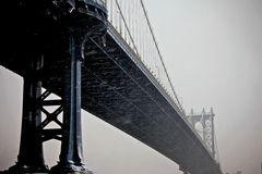 Puente de Manhattan en colores profundos Fotos de archivo libres de regalías