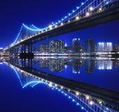 Puente de Manhattan en la noche Imagenes de archivo
