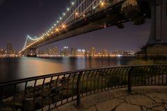 Puente de Manhattan en la noche Foto de archivo libre de regalías