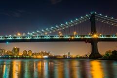Puente de Manhattan en la noche, vista de parque del puente de Brooklyn, en Br Imagen de archivo libre de regalías