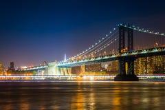 Puente de Manhattan en la noche, vista de parque del puente de Brooklyn, en Br Fotos de archivo
