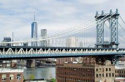 Puente de Manhattan, Freedom Tower y NY por el edificio de Gehry Foto de archivo libre de regalías