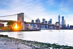 Puente de Manhattan y de Brooklyn en la puesta del sol fotografía de archivo libre de regalías
