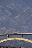 Puente de Maslenica delante de la montaña Velebit Imagenes de archivo