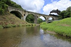 Puente de Miyamori y locomotora de vapor foto de archivo