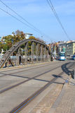 Puente de Mlynski con la tranvía que se acerca en Wroclaw, Polonia Fotos de archivo libres de regalías