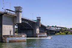 Puente de Morrison con como barco de la velocidad en Sunny Summer Day en el río de Willamette en Portland Oregon fotografía de archivo libre de regalías