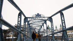 Puente de Mozart en Salzburg durante invierno, ciudad del nacimiento de Mozart, genio de la música clásica almacen de video