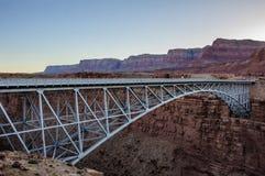 Puente de Navajo sobre el río Colorado en el barranco de mármol Foto de archivo libre de regalías