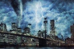 Puente de New York City y de Brooklyn durante la tormenta, la lluvia y la iluminación pesadas en Nueva York stock de ilustración