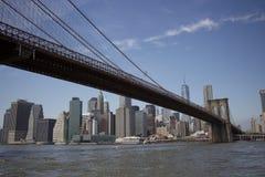 Puente de Nueva York - de Brooklyn con el fondo de Manhattan Foto de archivo