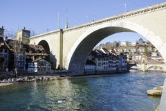Puente de Nydeggbruecke sobre el río Aare en Berna Fotos de archivo
