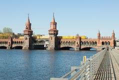 Puente de Oberbaum con el tren Imagen de archivo libre de regalías