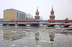 Puente de Oberbaumbrucke a través del río de la diversión en Berlín Foto de archivo libre de regalías