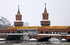 Puente de Oberbaumbrucke a través del río de la juerga, Berlín Fotografía de archivo
