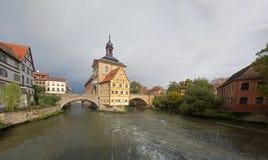 Puente de Obere (cke del ¼ del brÃ) y Altes Rathaus y cielo nublado en Bambe Foto de archivo