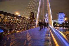 Puente de oro del jubileo en la noche Imágenes de archivo libres de regalías