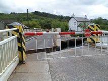 Puente de oscilación del camino del canal de Crinan imagenes de archivo