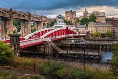 Puente de oscilación de Newcastle el río Tyne foto de archivo