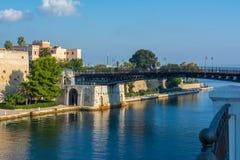 Puente de oscilación de Taranto en el barco de canal Separing poco y t foto de archivo libre de regalías