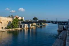 Puente de oscilación de Taranto en el barco de canal Separing poco y t fotografía de archivo