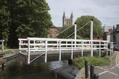 Puente de oscilación sobre un canal inglés en Newbury Reino Unido Fotos de archivo
