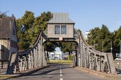 Puente de oscilación viejo en Colonia, Alemania Foto de archivo