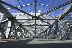 Puente de Pedestrain en área del anuncio publicitario de Pekín Xidan Fotos de archivo libres de regalías