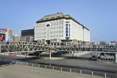 Puente de Pedestran en la calle de las compras de Xidan, Pekín, China Fotos de archivo libres de regalías