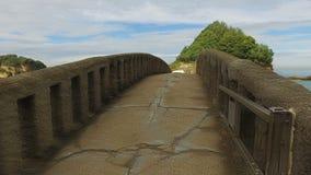 Puente de piedra al islote Rocher Du Basta 02 almacen de metraje de vídeo
