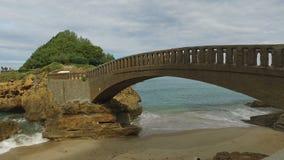 Puente de piedra al islote Rocher Du Basta 10 almacen de metraje de vídeo