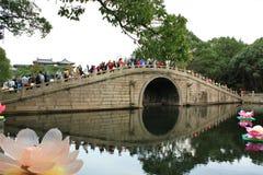 Puente de piedra antiguo del arco en China fotos de archivo