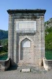 Puente de piedra antiguo en el río del drina Fotos de archivo