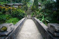 Puente de piedra antiguo en la selva del Balinese, Indonesia Imagenes de archivo