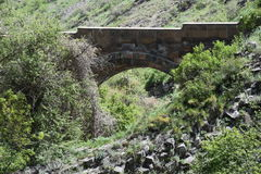 Puente de piedra cerca de la sinfonía de piedras, garganta de Garni, Armenia Imagen de archivo