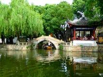 Puente de piedra cerca de un pabellón foto de archivo libre de regalías