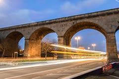 Puente de piedra con el rastro ligero Imagen de archivo