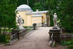 Puente de piedra con los centauros en el parque de Peterhof cerca de St Petersburg Imagenes de archivo