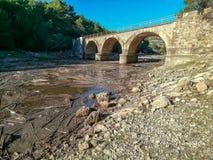 Puente de piedra con tres arcos foto de archivo