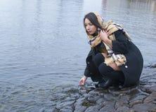 Puente de piedra de la muchacha en el río Fotografía de archivo libre de regalías